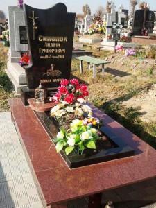 Памятник из красного и черного гранита фото