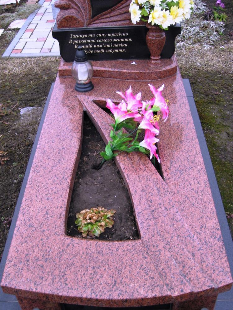 Цветник памятника из розового гранита