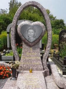 Эксклюзивное оформление надгробного памятника для девушки