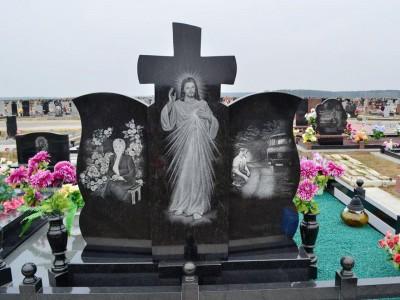 Двойной резной памятник из гранита с гравировкой машины