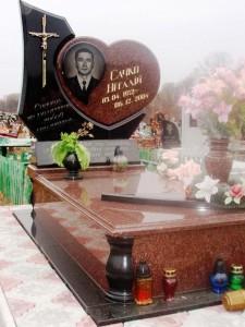 Резной гранитный памятник с сердцем и вазой
