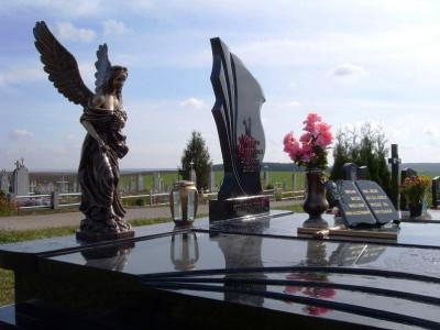 Памятник из черного гранита с лампадкой