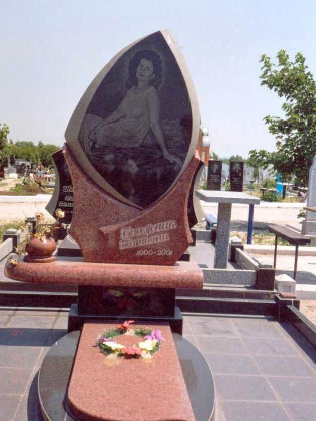 Женский надгробный памятник из капустинского гранита