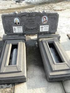 Двойной гранитный памятник из бетона