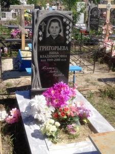 Женский резной памятник с березой на могилу