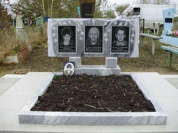 Серый надгробный памятник для троих