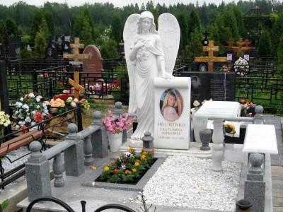 Серое гранитное надгробие со скульптурой