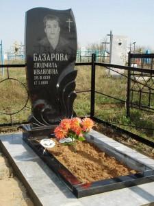 Памятник одинарный из черного гранита с открытым цветником