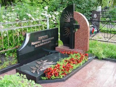 Красно-черный надгробный памятник с крестом
