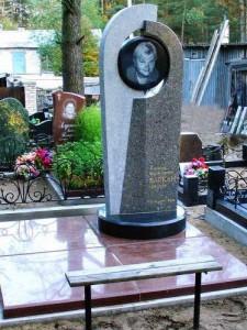 Трехцветные надгробные памятники из гранита