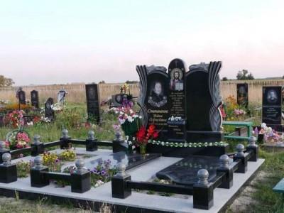 Черный мемориальный комплекс из гранита