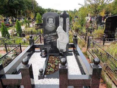 Резная стелла со скорбящей матерью для памятника