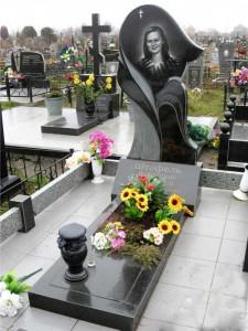 Женский памятник с цветником, плитой и черной вазой