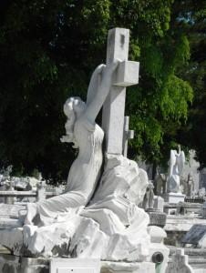 Надгробный памятник в виде креста со скульптурой человека