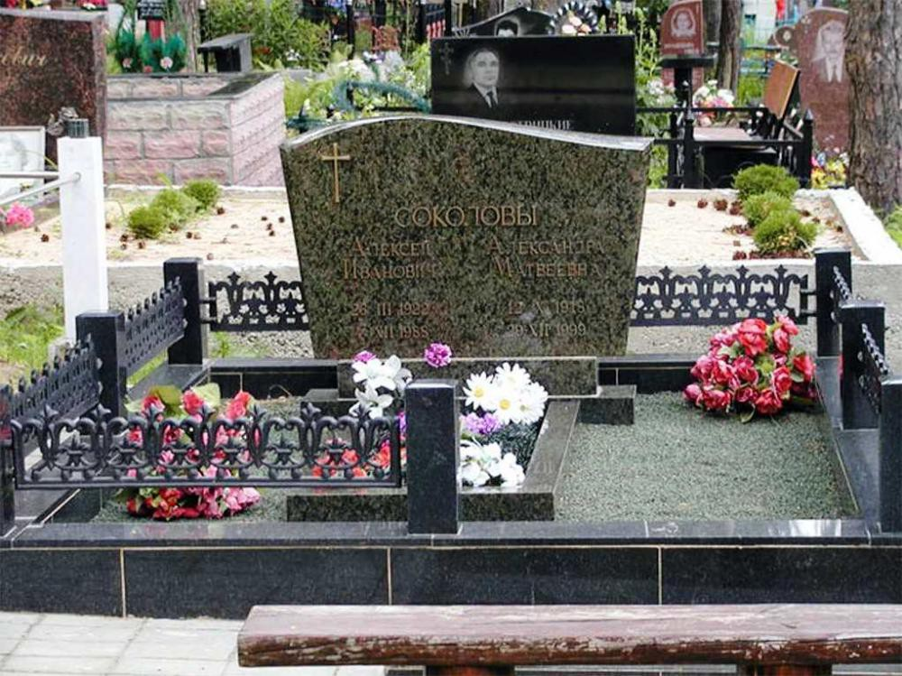 Зеленый гранитный памятник без фотографии