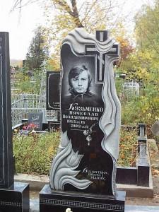 Мужской резной памятник с розами на стелле