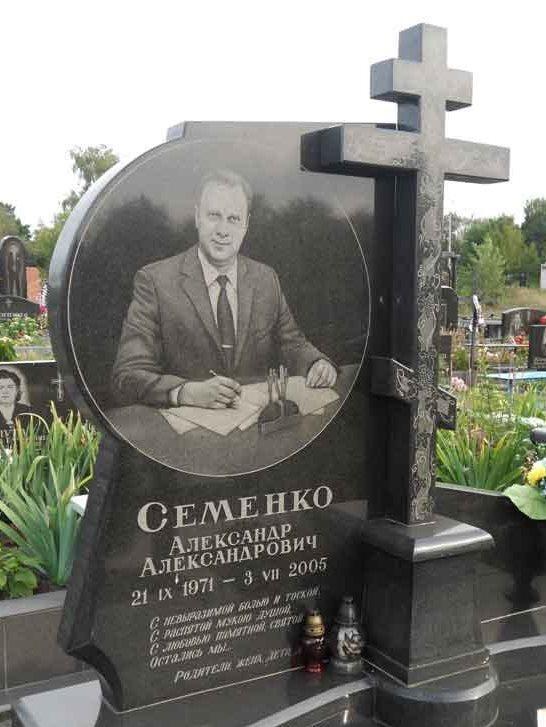 Памятник с резным крестом на могилу мужчины