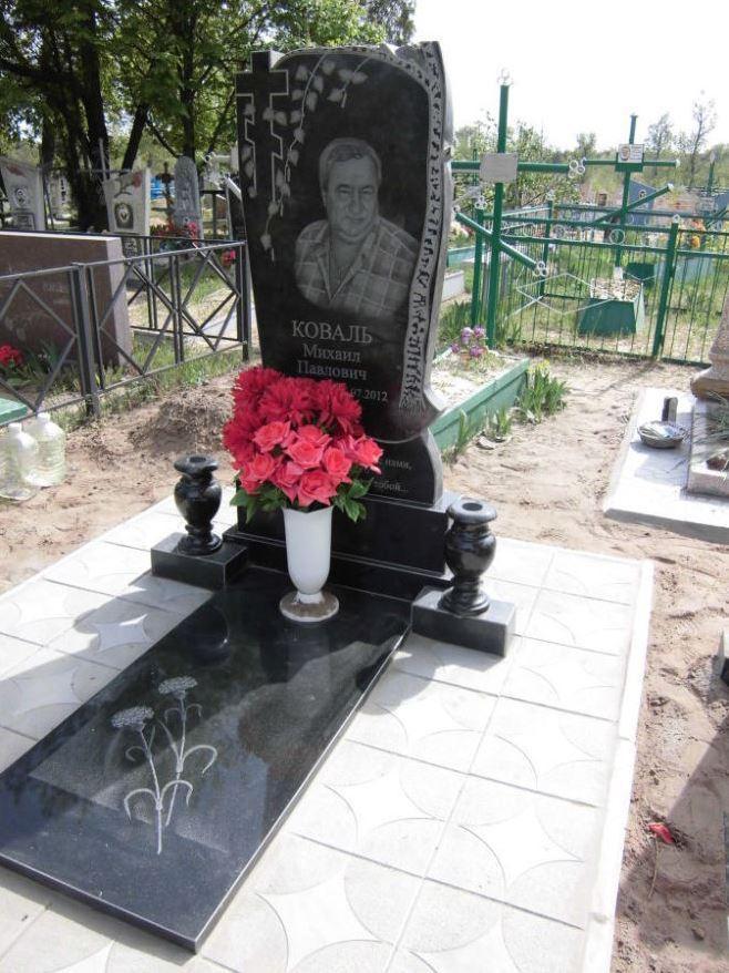 Одинарный памятник с гранитными вазами для мужчины
