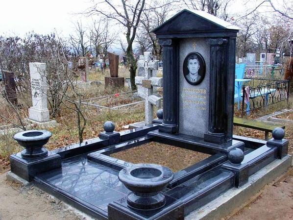 Гранитный памятник черного и серого цвета фото