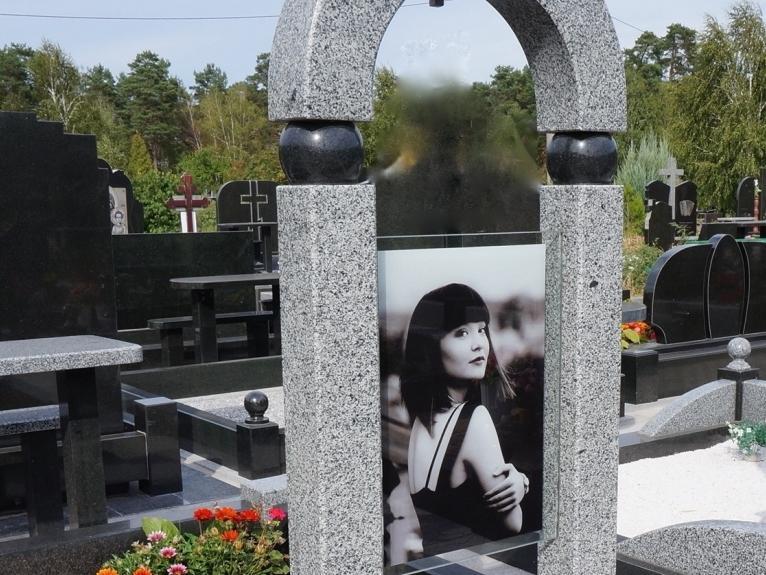 Серый памятник с портретом на стекле