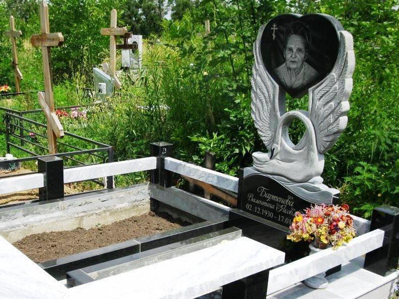 Эксклюзивный резной памятник с лебедем