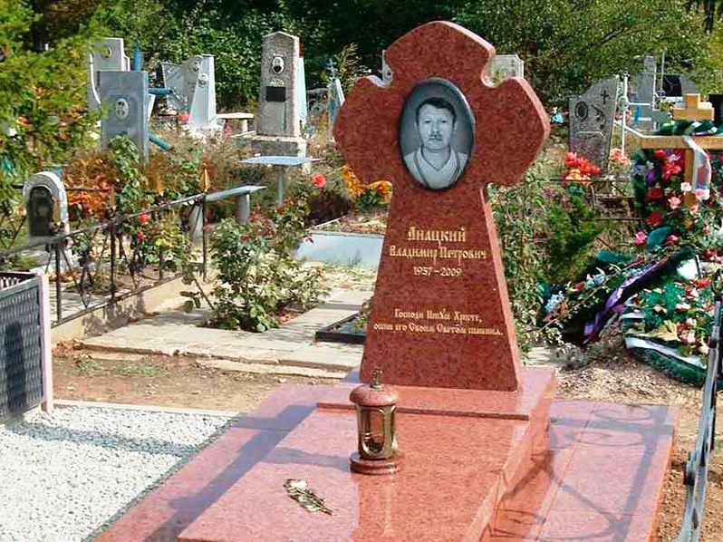 Мужской памятник из емельяновского гранита