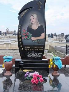 Женский памятник с цветником и черной плитой