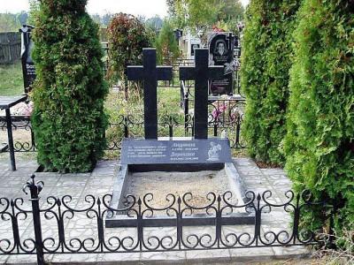 Надгробный памятник с двумя гранитными крестами