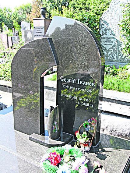 Фигурный надгробный памятник из черного гранита элитный
