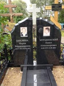 Двойной гранитный памятник черного цвета