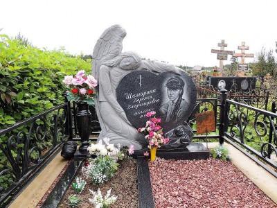 Элитный памятник в виде сердца с резным ангелом