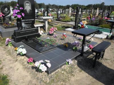 Закрытый черной гранитной плитой цветник для одинарного памятника