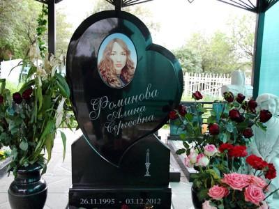 Черный памятник с резным сердцем для девушки