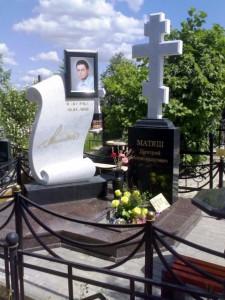 Эксклюзивный гранитный памятник с крестом на стелле