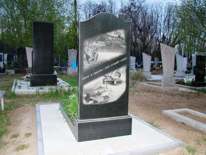 Обратная сторона черного надгробного памятника