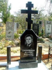 Гранитный памятник с крестом на могилу