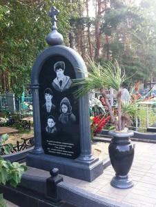 Семейный надгробный памятник для четверых