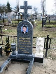 Серый гранитный памятник с крестом для мальчика