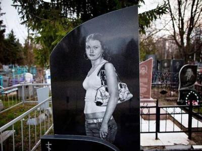 Гранитный памятник с гравировкой молодой девушки