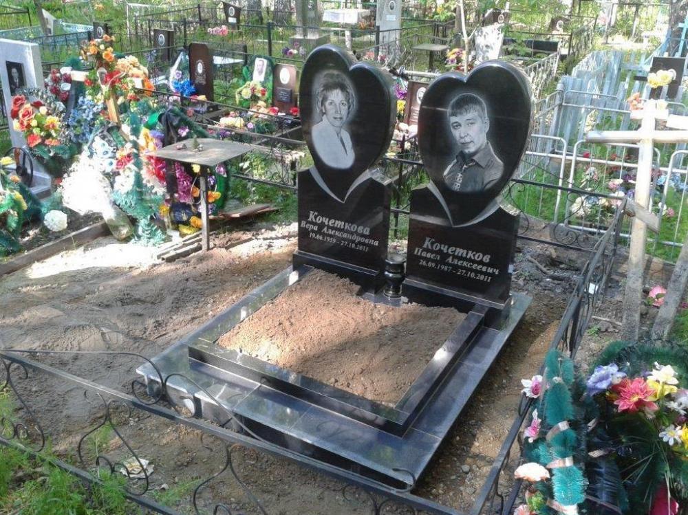 Резной семейный памятник с открытым цветником