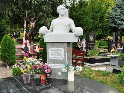 Эксклюзивный памятник со скульптурой для спортсмена