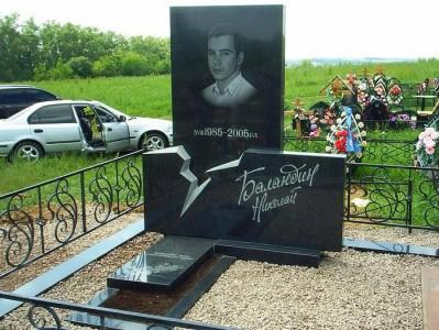 Гранитный памятник из черного гранита для юноши