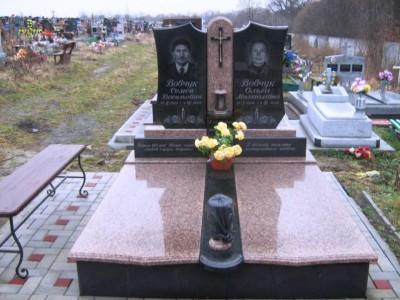 Двойной памятник для супругов с вазой и лампадкой фото
