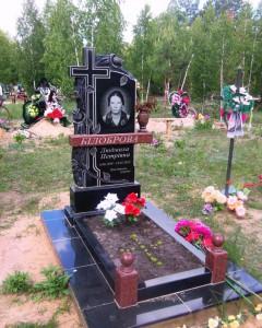 Одинарный резной гранитный памятник черного цвета для женщины