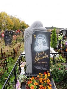 Женский резной памятник со скорбящей матерью