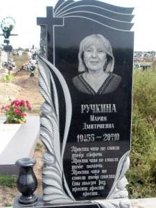 Черный резной памятник с розами и вазой