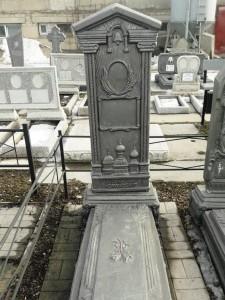Памятник из бетона с куполами на стелле для мужчины