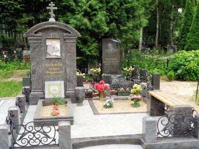 Мемориальный комплекс с открытым цветником для мужчины