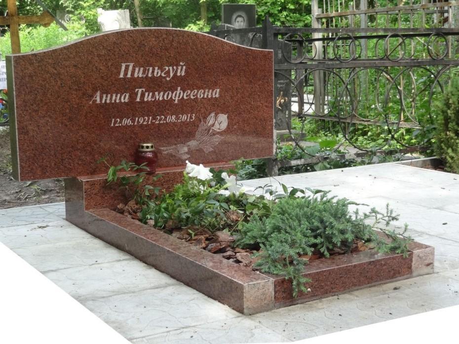 Одинарный горизонтальный памятник из емельяновского гранита