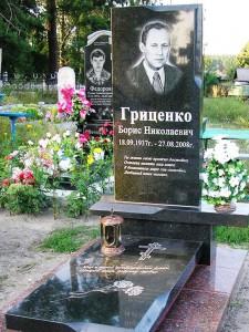 Мужской надгробный памятник черного цвета с лампадкой